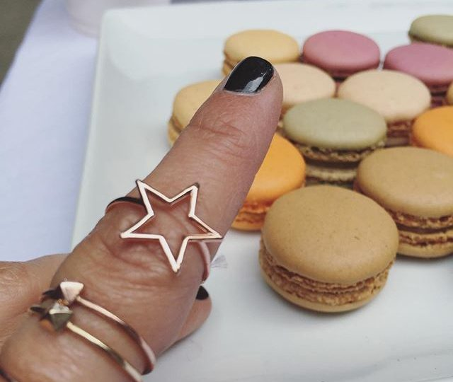 Macaroons + Mimosas 🍾 #saturyay #weekendvibes #saturday #weekend #macaroons #mimosas #alexisjewelry #finejewelry #jewelry #rings #gold #stackingrings #starring #pyramidring #madeinla #losangeles